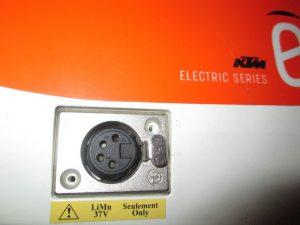 nabíjací otvor na batérií