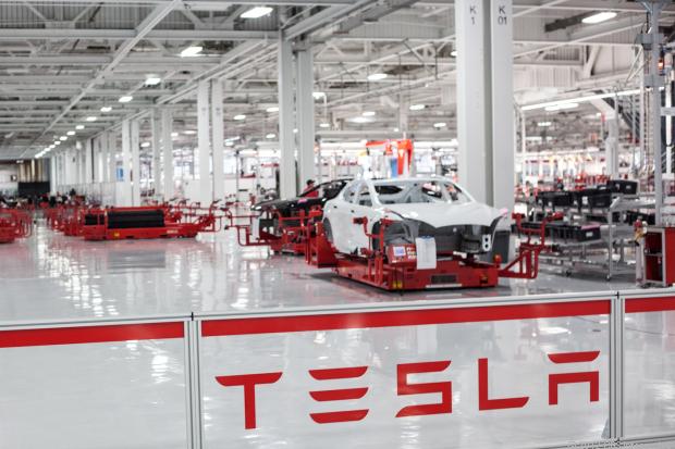 Ako vyrába autá Tesla Motors